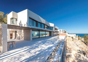 Luxury, modern sea front new property in the desirable area of Portichol